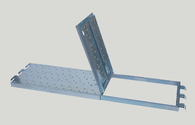 Pin scaffolding platform with trapdoor